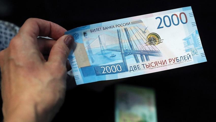 Novi bankovec za 2000 rubljev. Na njem vidimo most Ruski v Vladivostoku.