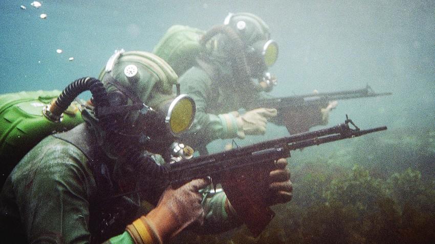 Combatientes del grupo del comando submarino.