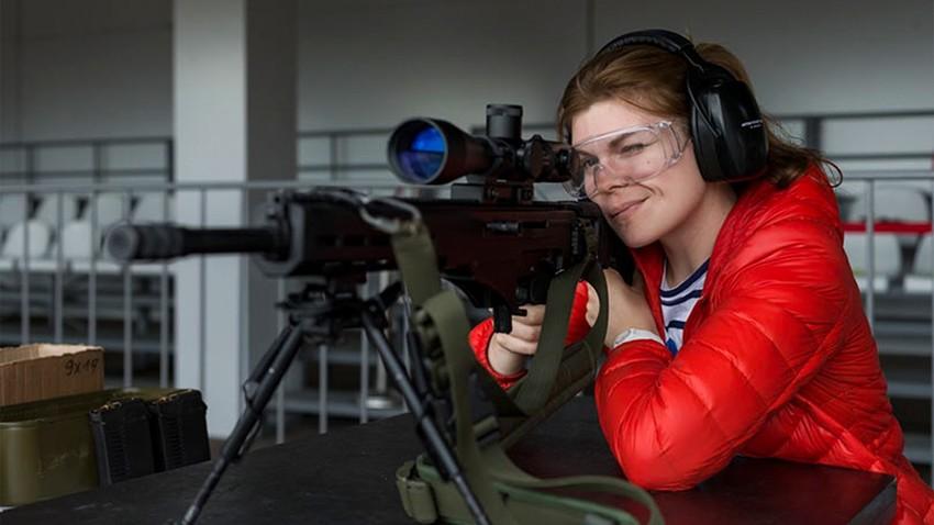 Obiskovalka stojnice Kalašnikova na forumu Armija 2017