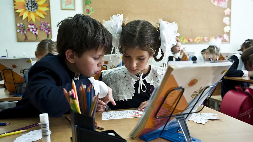 Деца по време на час в московско училище.