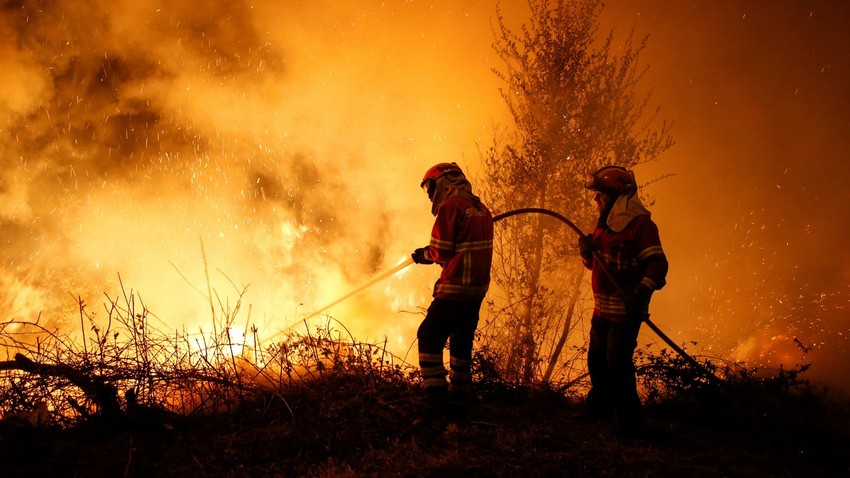 Bombeiros tentam conter chamas perto da cidade portuguesa de Lousã
