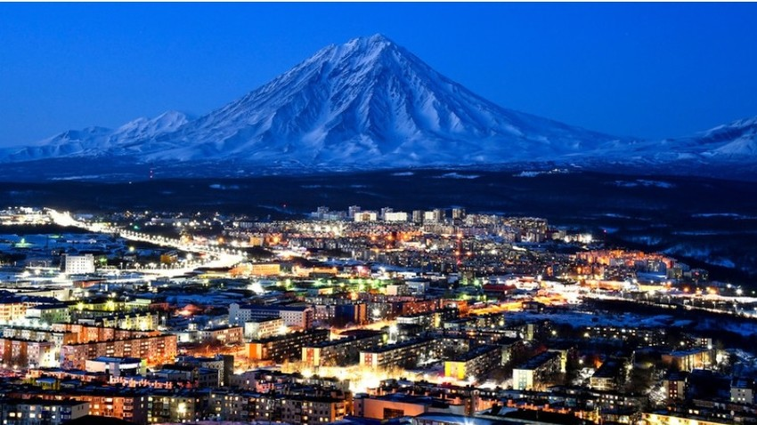 Pogled na mesto Petropavlovsk-Kamčatski in v ozadju aktivni vulkan Korjakski.