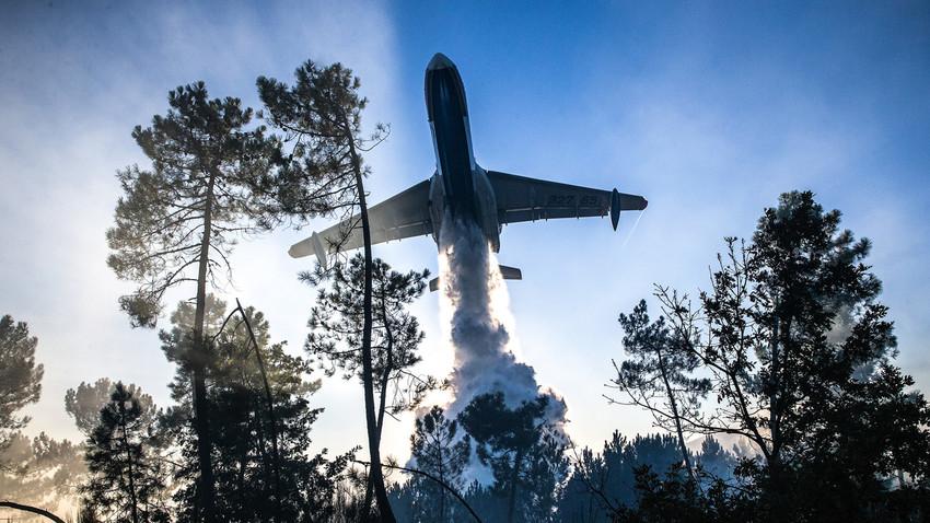 Un avión anfibio multiuso Beriev Be-200ChS del Ministerio de Situaciones de Emergencia de la Federación Rusa en la lucha contra los incendios.