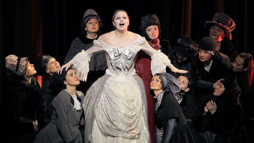 """Mezzosopranistin Maria Maksakova als die Gräfin in der Oper """"Pique Dame"""" von Peter Tschaikowski"""