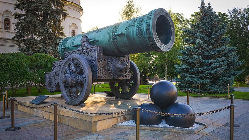 Цар Пушка на територията на московския Кремъл.