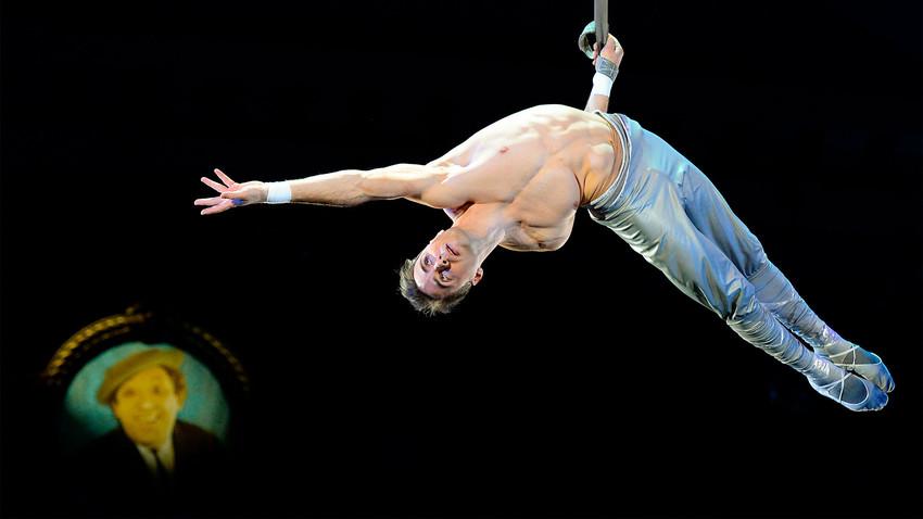 Gimnasta aéreo en el Circo Nikulin en el bulevar Tsvetnói.
