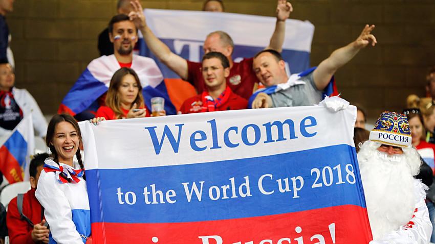 """Torcedores exibem faixa """"Bem-vindos à Copa de 2018 na Russia"""" durante partida da Euro 2016, na França."""