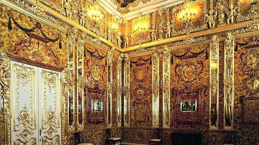 V Carskem selu, poletni rezidenci ruskih carjev, danes najdemo samo kopijo.