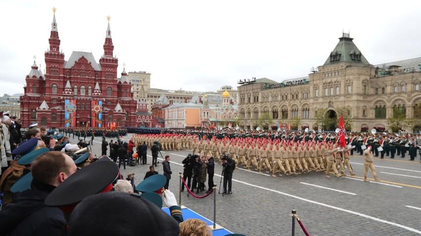 """Ruski """"mladoarmejci"""" med letošnjo parado v Moskvi ob dnevu zmage 9. maja."""