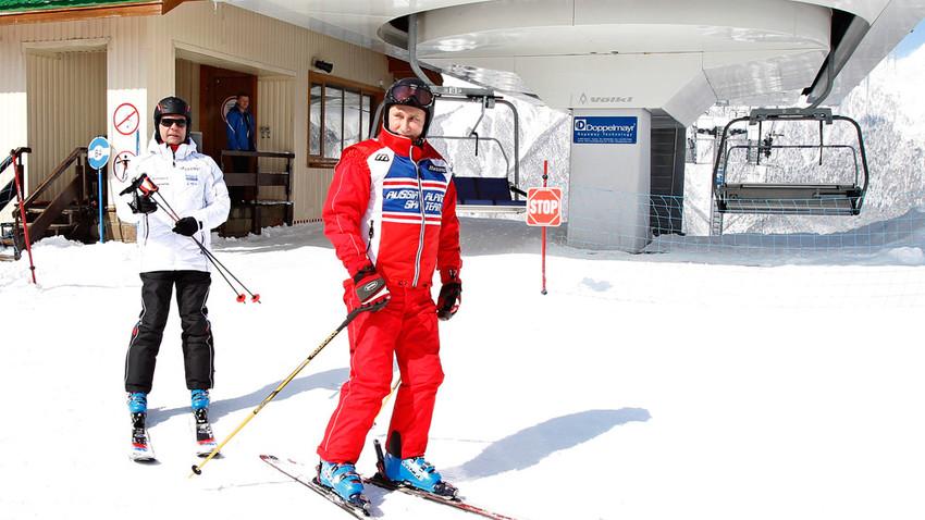 Putin auf Skiern in Jasnaja Poljana