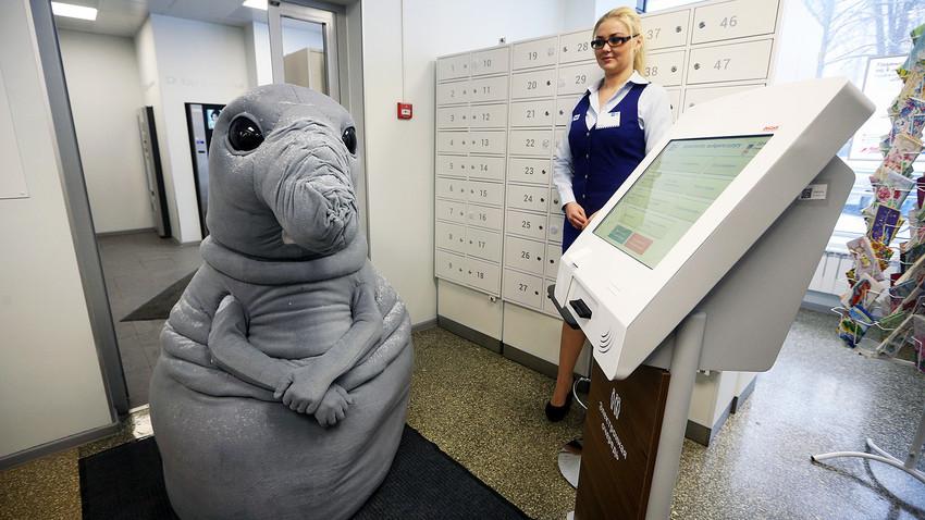 Personagem caracterizado de Homunculus loxodontus, ou o 'Esperador', em posto de correio na Rússia