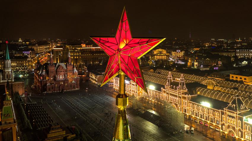As estrelas do Kremlin foram apagadas apenas duas vezes, uma durante a Segunda Guerra, e outra para filmagens.
