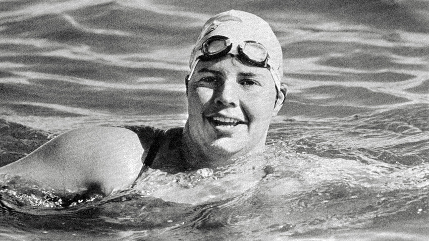 Lynne Cox, 30, succeeded in swimming across the 2.7 mile Bering Strait.
