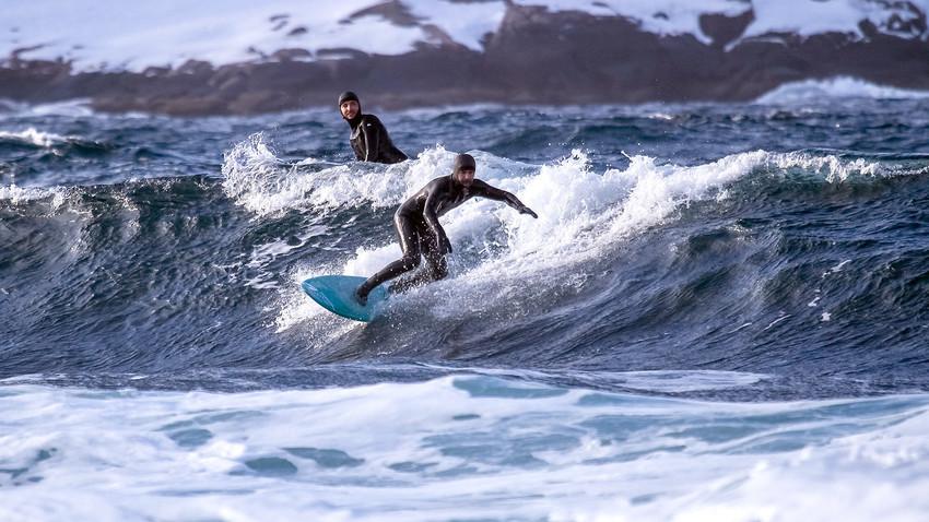 Você se aventuraria a surfar nas águas congelantes do Ártico?