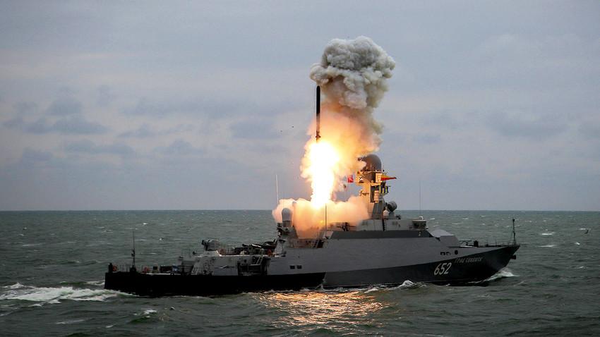"""Малкият ракетен кораб """"Град Свияжск"""" пуска ракета """"Калибър"""" по време на учения на корабната групировка на Каспийския флот."""