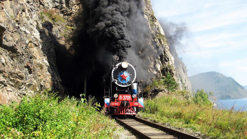Туристически влак по Околобайкалската жп линия.
