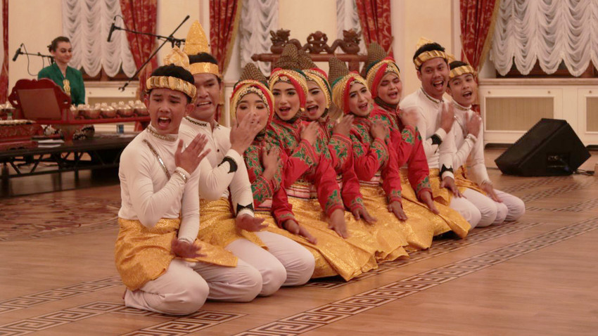 Tari Saman Gayo dengan keselarasan antara gerakan, irama alat musik, dan lagu pengiring membuat penonton terkesima dan terpukau.