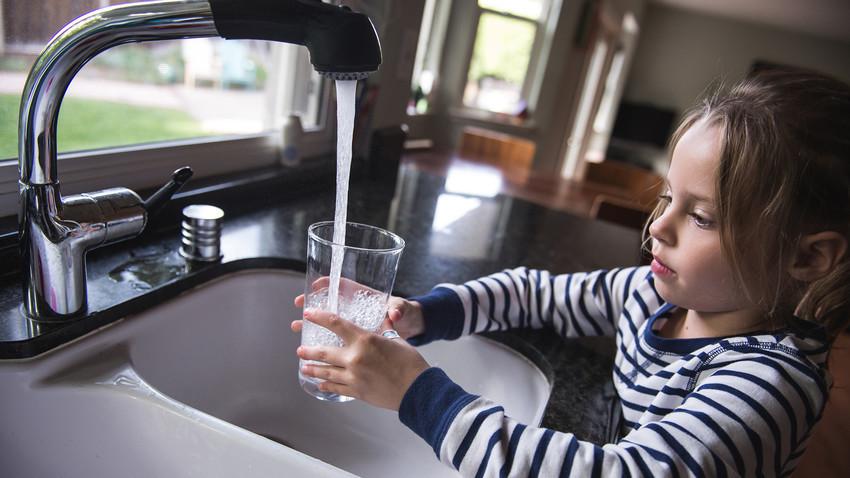 Meski tidak membahayakan, lebih baik Anda meminum air keran dengan menggunakan filter.