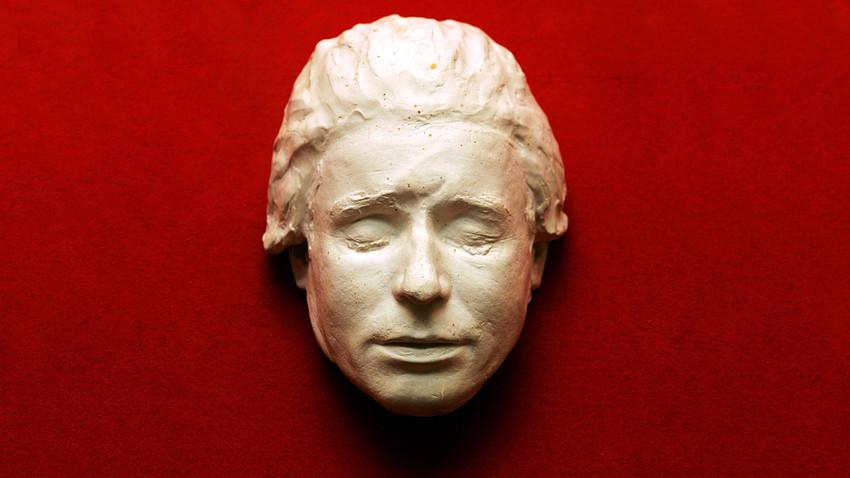 La maschera funeraria del poeta Sergej Esenin conservata nel Museo-riserva di Konstantinovo, nella regione di Ryazan