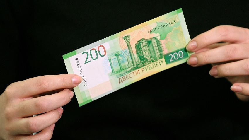 Los nuevos billetes rusos de 200 rublos.