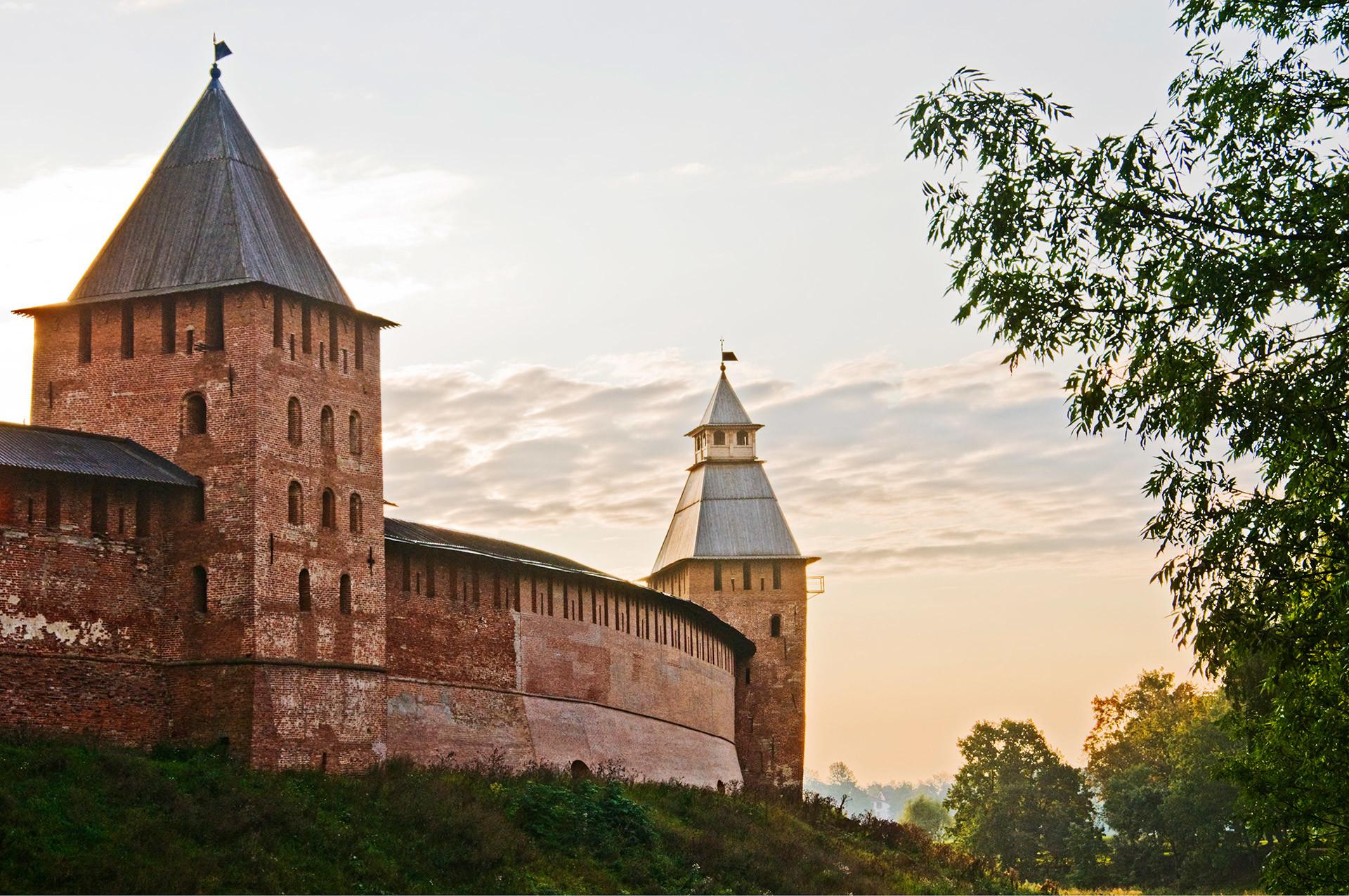 Dinding dan menara Kremlin yang dibangun kembali dengan batu bata pada abad ke-14. Veliky Novgorod, Rusia.
