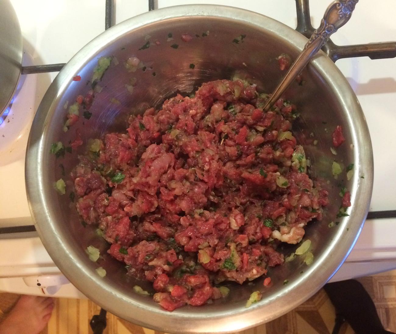 A carne também deve ser bem temperada, com sal e pimenta do reino, além de outras especiarias de sua preferência.