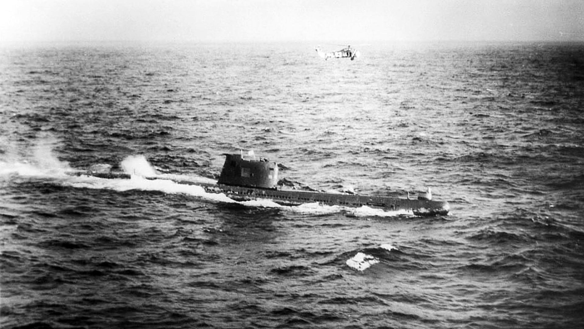 Na costa cubana, 11 navios de guerra americanos e uma aeronave cercaram um dos submarinos soviéticos, B-59.