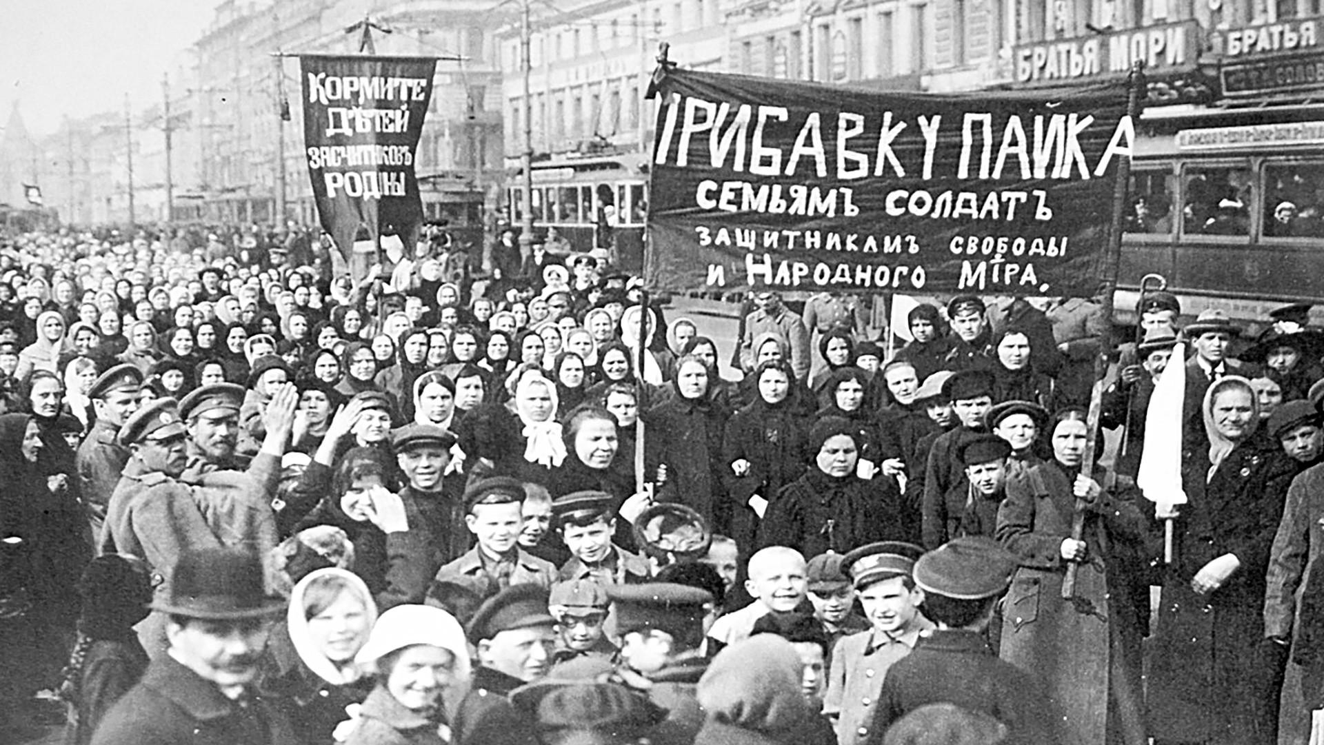 Demonstration von Arbeiterinnen und Arbeitern der Putilow-Werke am 23. Februar 1917