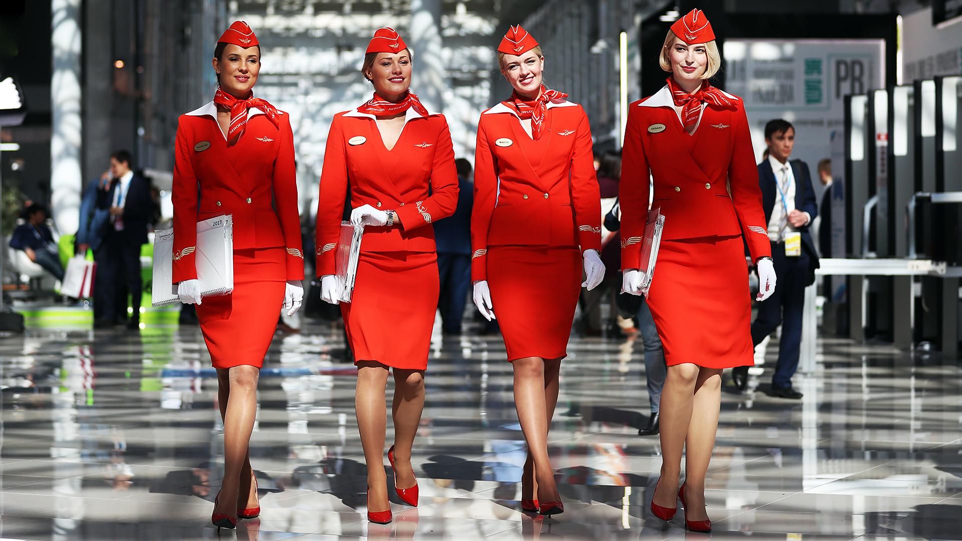 Pramugari-pramugari Aeroflot pada Forum Investasi Rusia 2017.