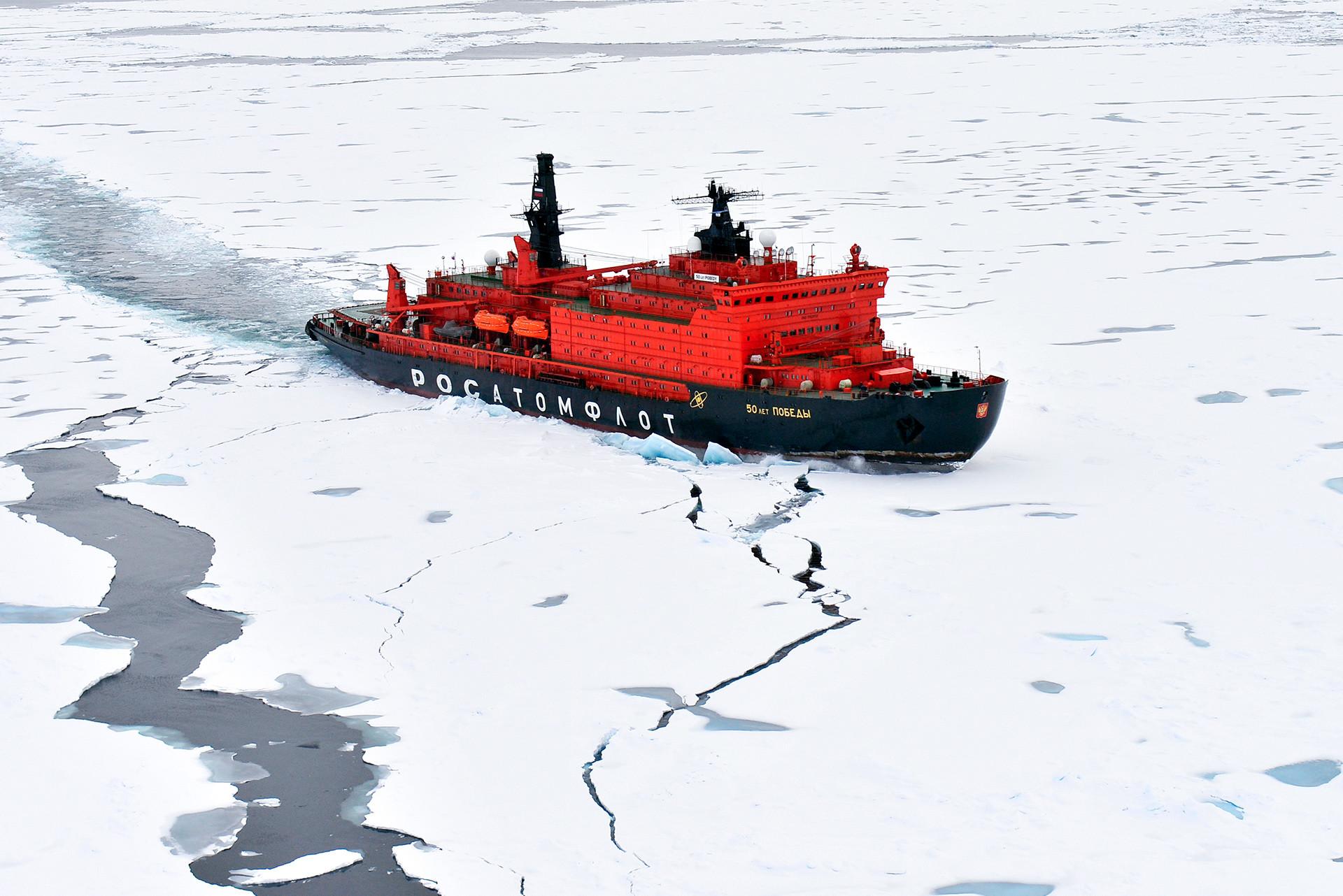 ロシアの原子力砕氷船「戦勝50周年記念号」。