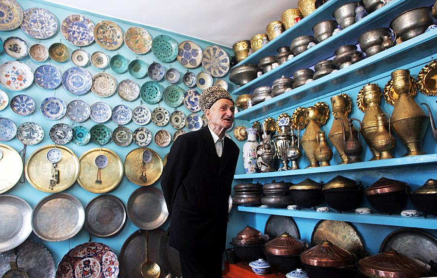 79-годишният Гаджиомар Изабакаров показва колекцията си от сребърни принадлежности в домашния си музей в Кубачи, 2010 г.
