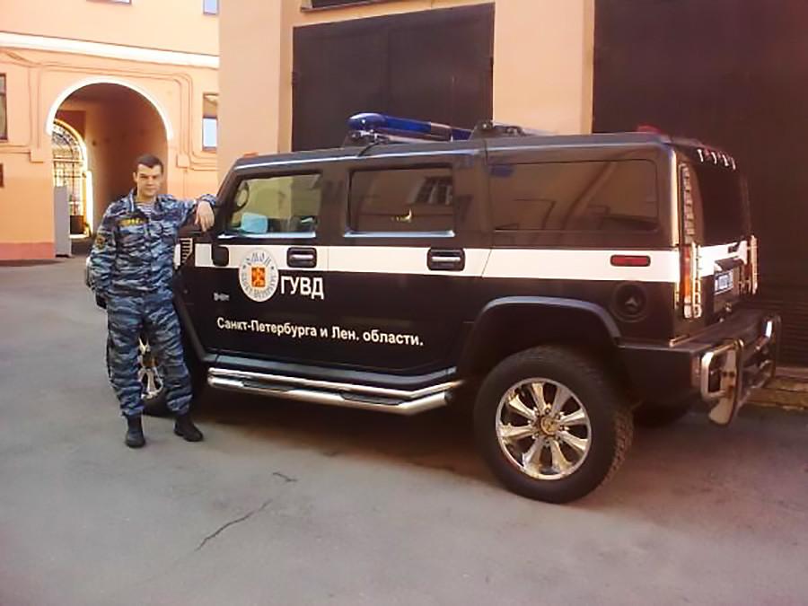 Sergey Kulakov saat mengenakan seragam polisi Rusia.