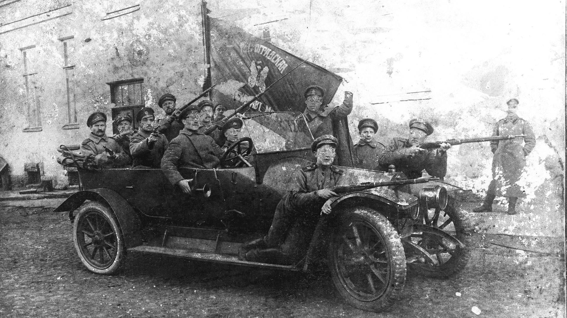 Gruppo di soldati si prepara ad assaltare il Palazzo d'Inverno. Pietrogrado, ottobre 1917