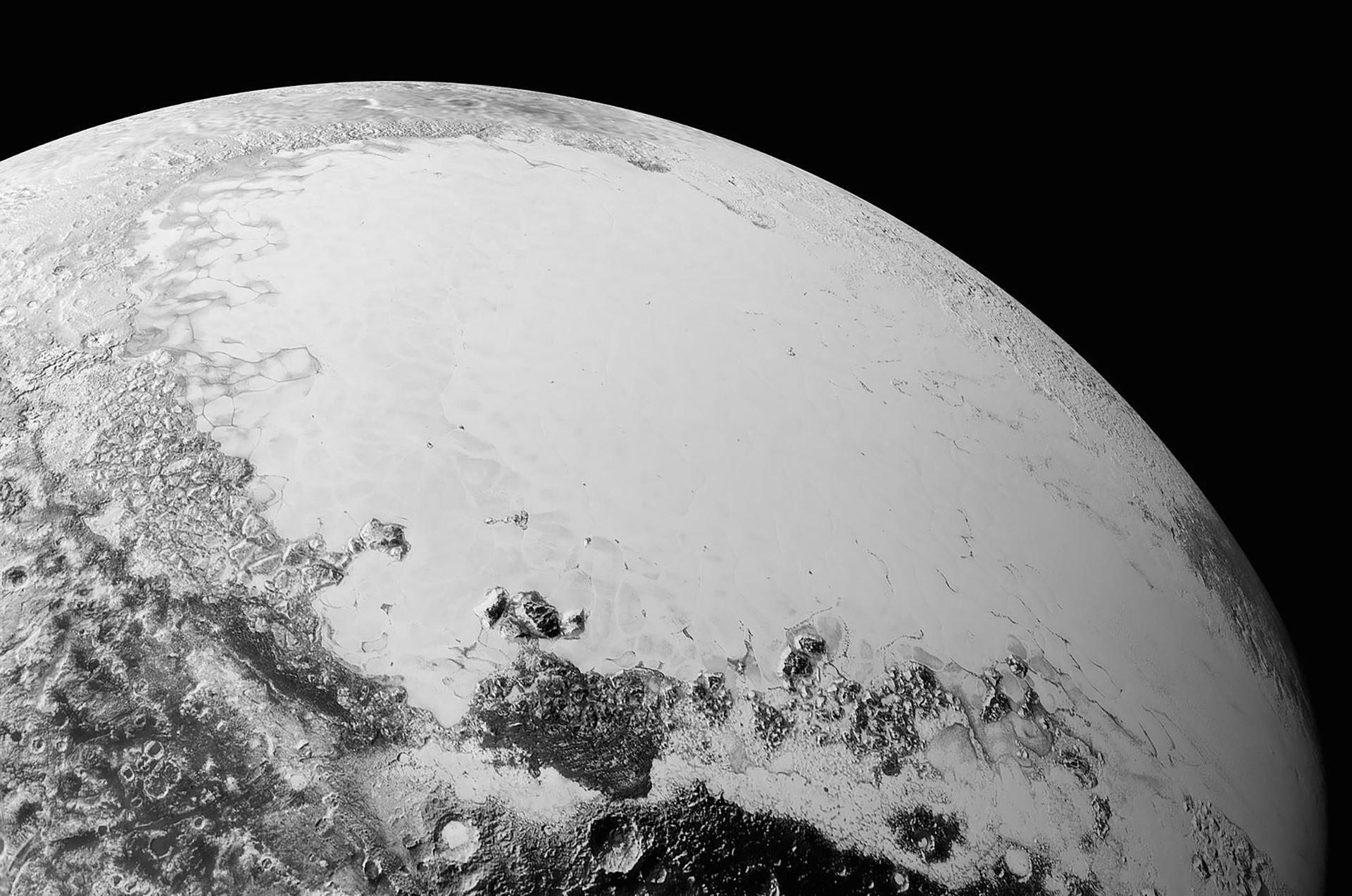 """Uma bacia coberta de gelo em Plutão, a """"Sputnik Planitia"""", foi nomeada em homenagem ao primeiro satélite."""