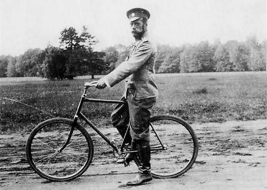 Nicolás II en la bicicleta.