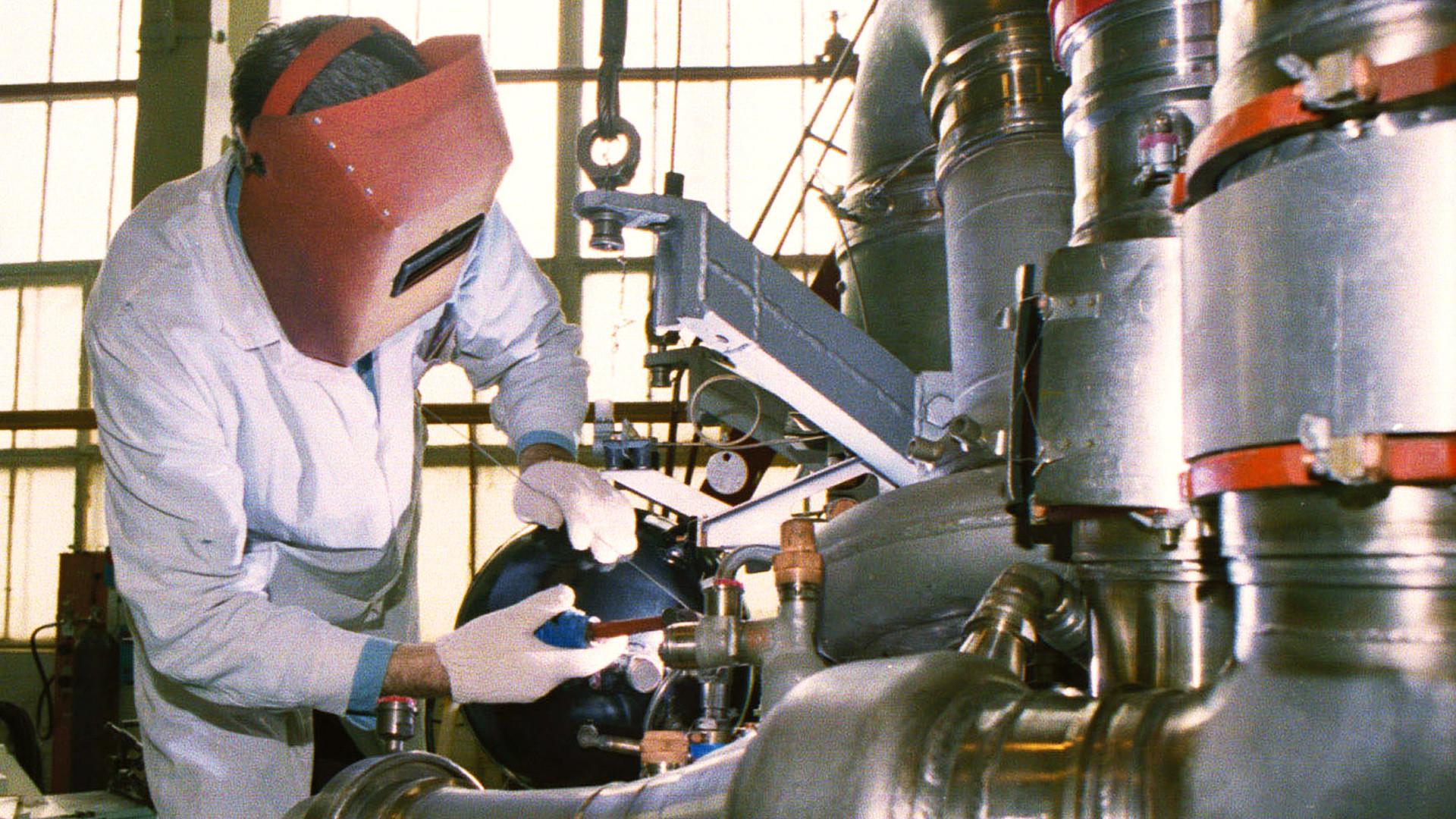 Operaio al lavoro nella fabbrica di Voronezh