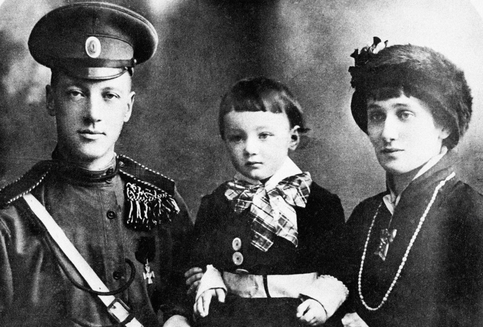 ニコライ・グミリョフ(左)、アンナ・アフマトワ(右)、レフ・グミリョフ(真ん中)。