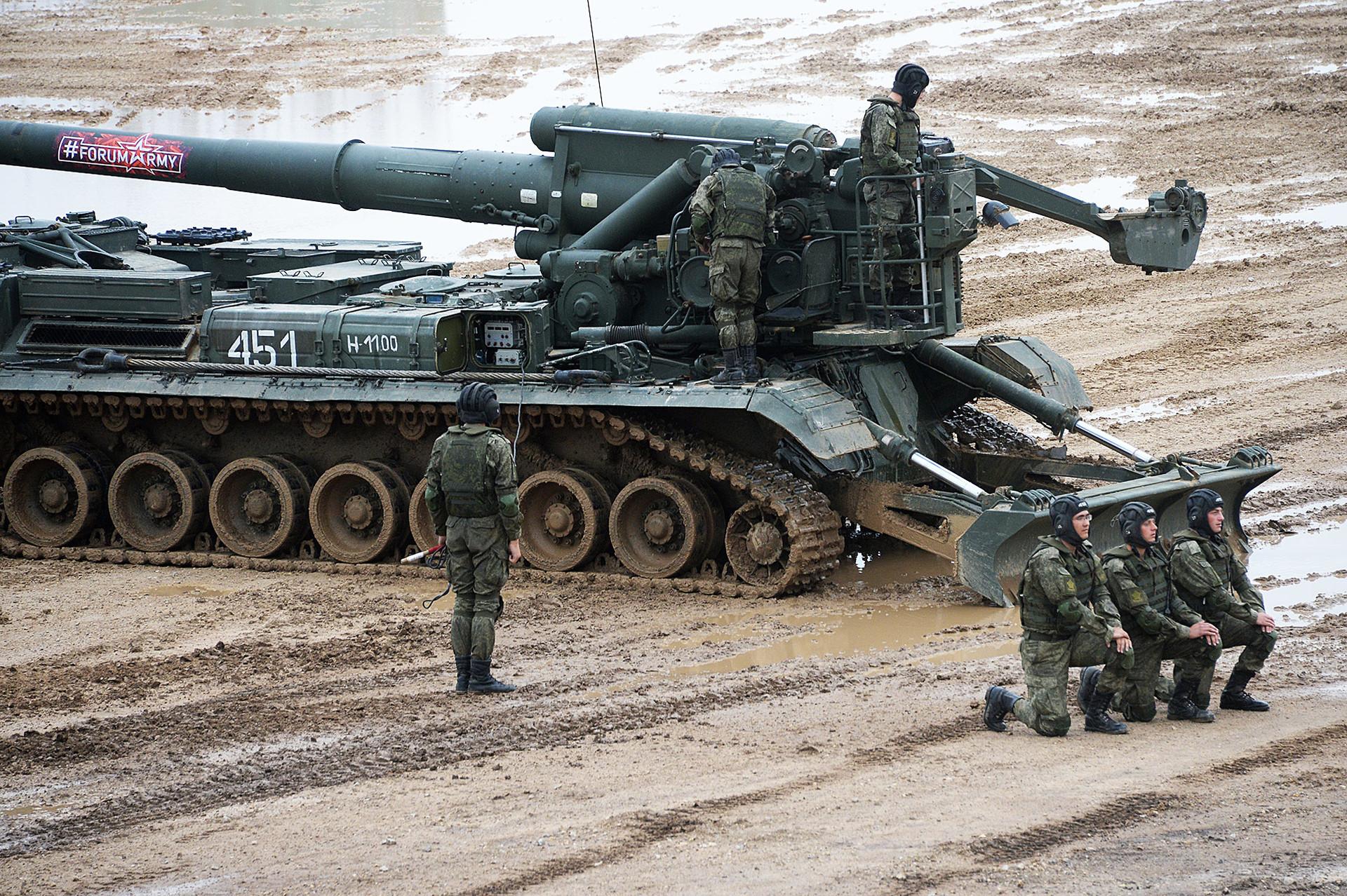 Sistem 2S7 Pion di Forum Militer-Teknis Internasional 2017 di Moskow.