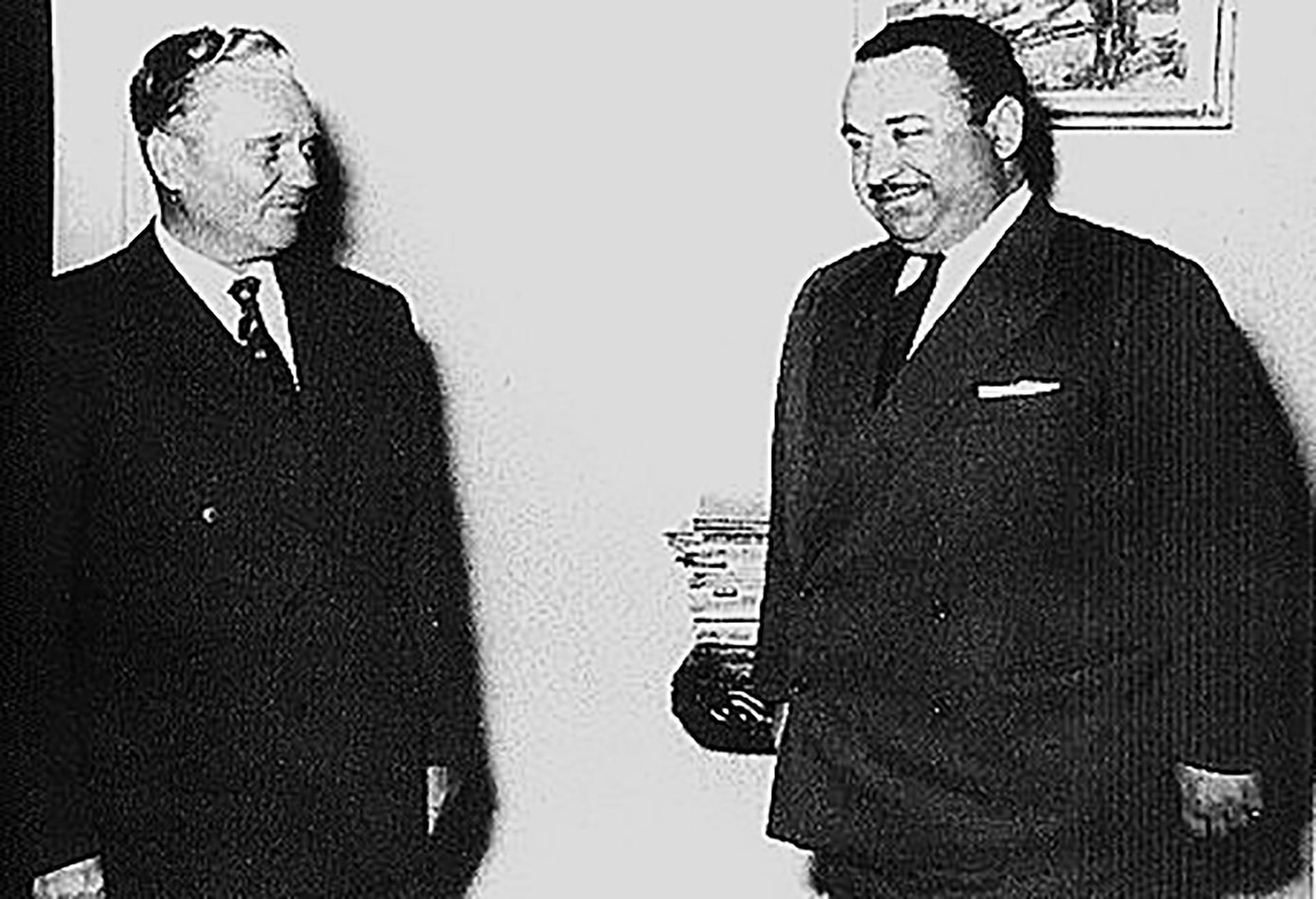 Јосип Броз Тито са Јосифом Ромуалдовичем Григулевичем, (познатим под именом Теодоро Б. Кастро), амбасадором Костарике у Италији и Југославији.