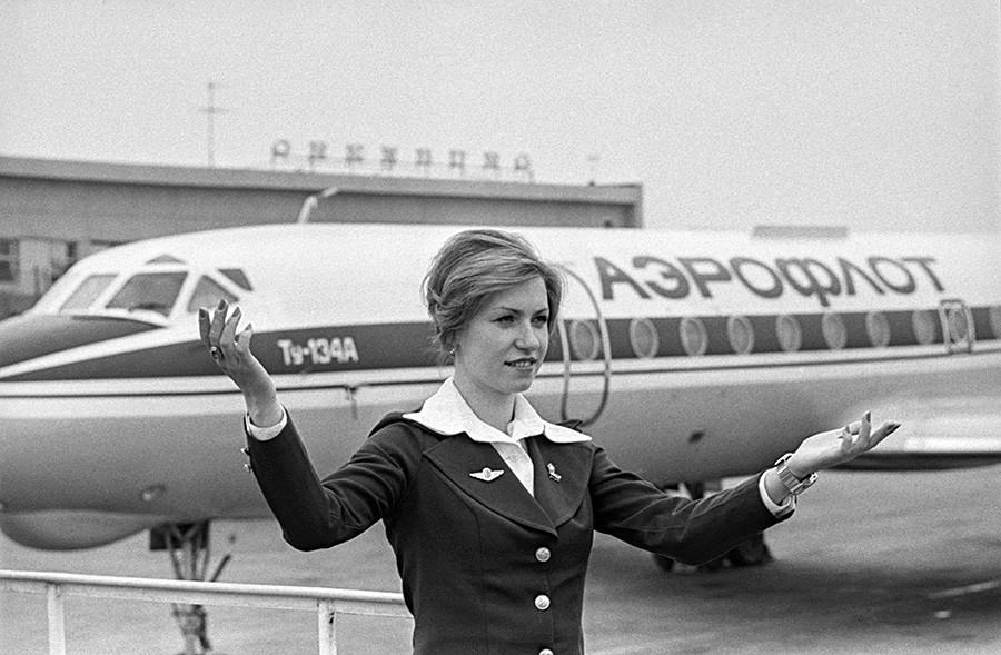 1. maj 1979, Orenburg, ZSSR. Stevardesa Valentina Grabenko hvali letalo Aeroflota na javni predstavitvi.