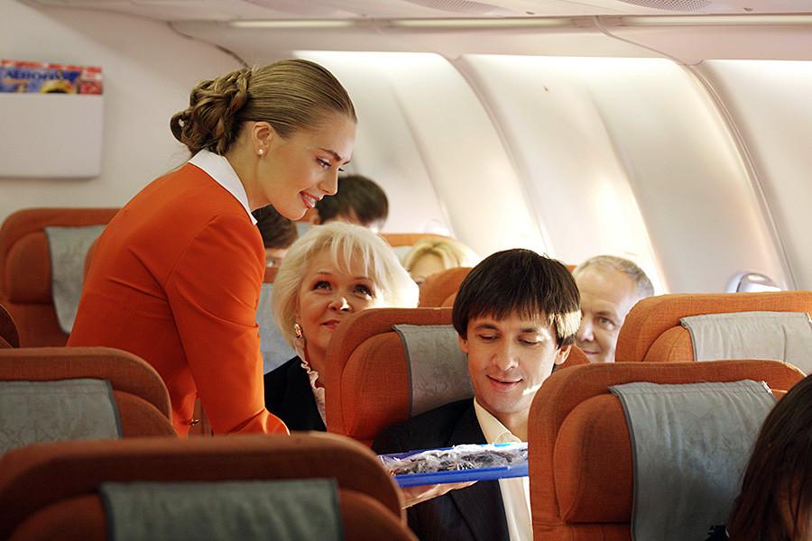 Stevardesa Aeroflota in potniki na letalu, 2013.