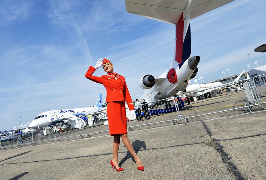 Stevardesa Aeroflota pozdravlja obiskovalce letalskega sejma Le Bourget v Parizu, 16. 6. 2015.