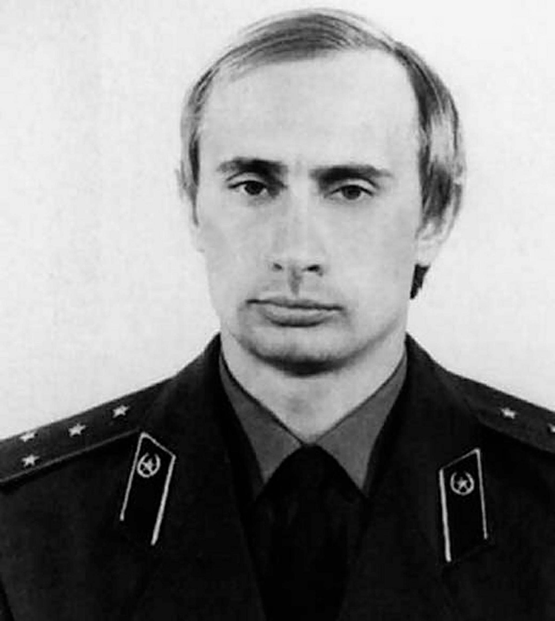 Путин в униформа на КГБ, 1980 г.