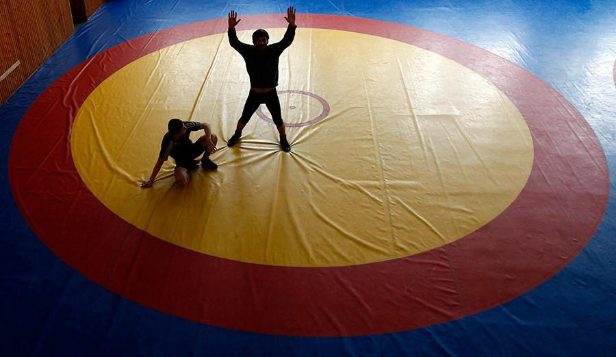 Pegulat sedang berlatih di sebuah gelanggang olahraga di Makhachkala.