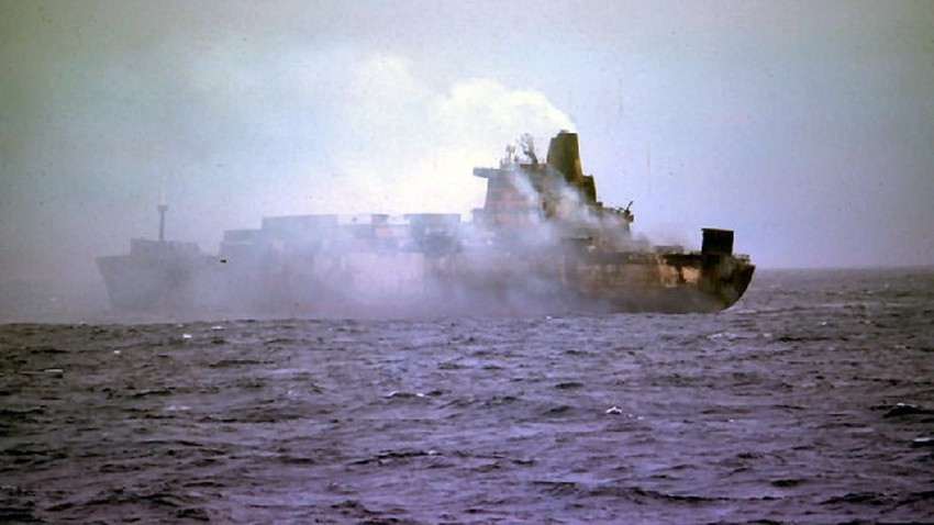 Atlantic Conveyor, ударен от ракети.