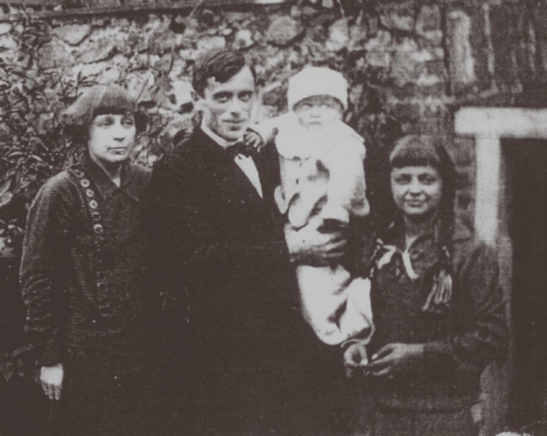Marina Tsvetaeva with husband and children in Prague