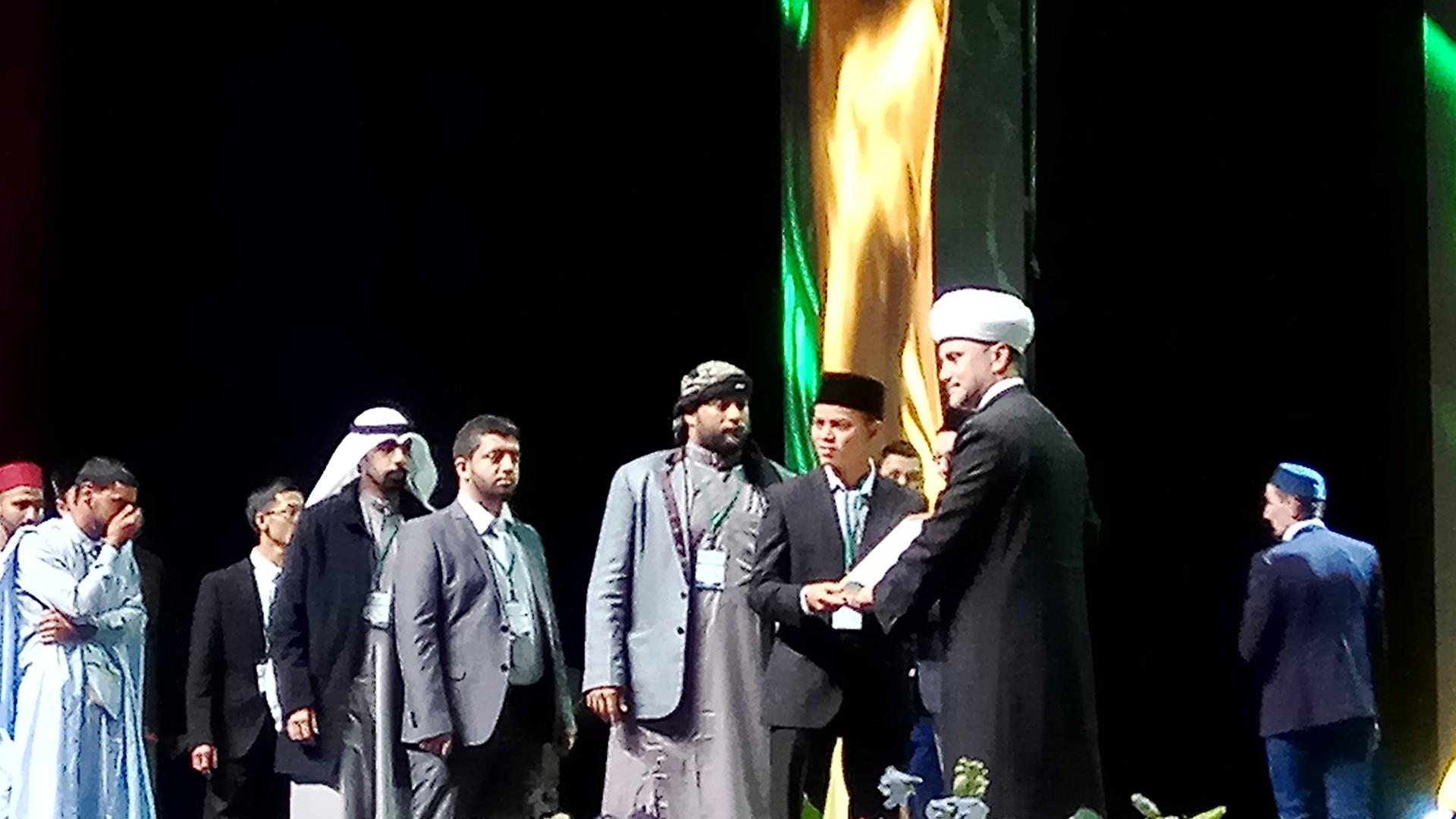 Irfan menerima piagam penghargaan.