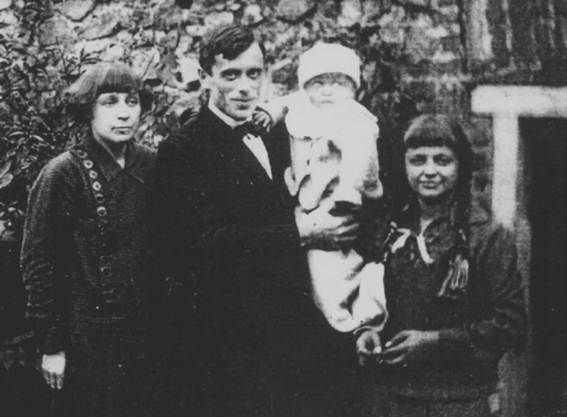 Tsvetáieva com o marido e filhos em Praga, em 1925.
