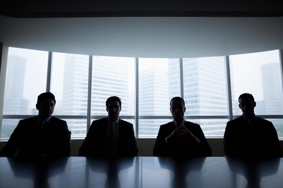 Силуете бизнисмена у сали за седнице.