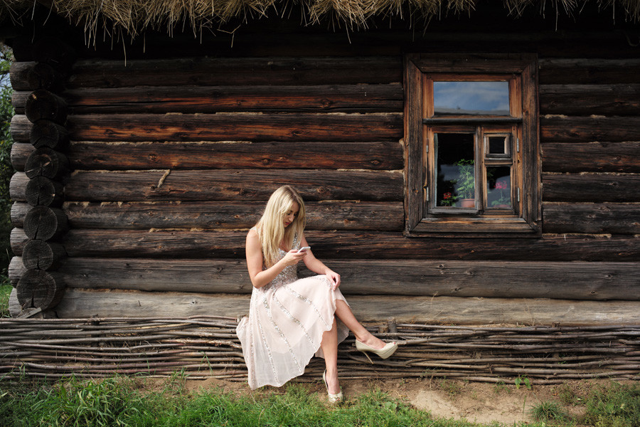 Момиче пред сграда в имението